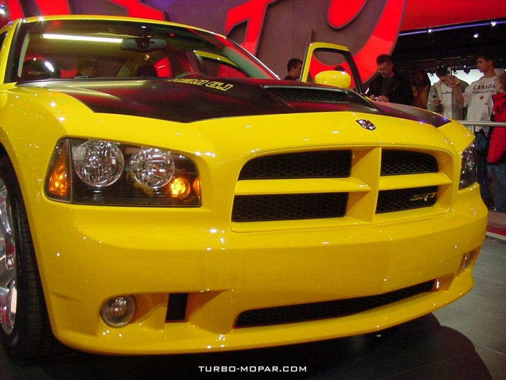 2006_Dodge_Charger_SRT-8_Super_Bee-front_view