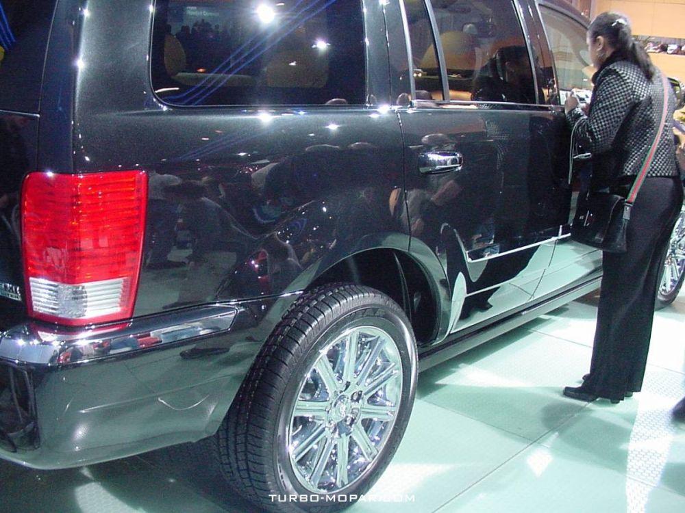 2007_Chrysler_Aspen-side_view